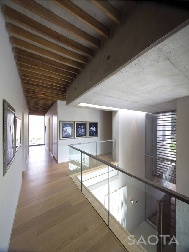 Upper floor hallways in African modern villa in Durban by SAOTA