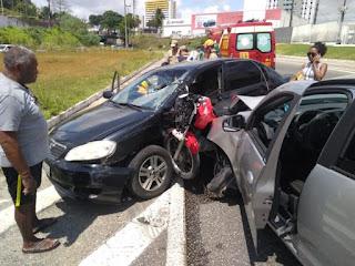 Moto fica imprensada entre dois carros na BR-230 e duas pessoas ficaram feridas