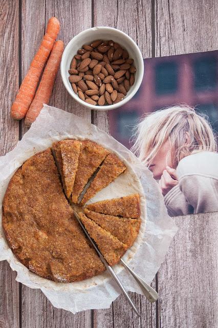 La torta per bambini con carote e mandorle