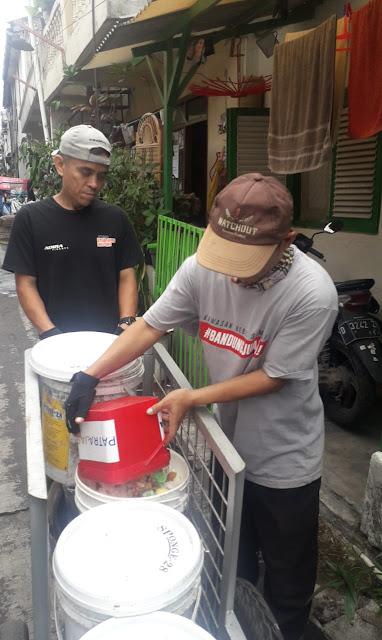 Petugas pengumpul sampah sedang melakukan pemilahan sampah