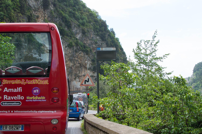Автобус на побережье Амальфи в Италии