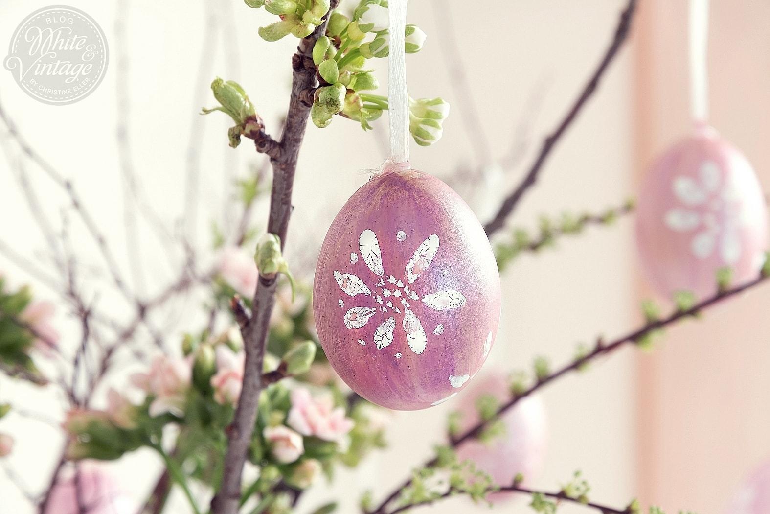 Ostereier mit Aquarellfarben bemalen. Osterstrauß dekorieren.