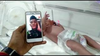 TERHARU, SEORANG PRAJURIT PERBATASAN MENGADZANI KELAHIRAN PUTRINYA VIA VIDEO CALL