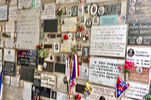 """""""De nombreuses plaques funéraires dans le crématorium de Gusen"""""""