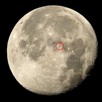 La Estación Espacial Internacional con la Luna de fondo