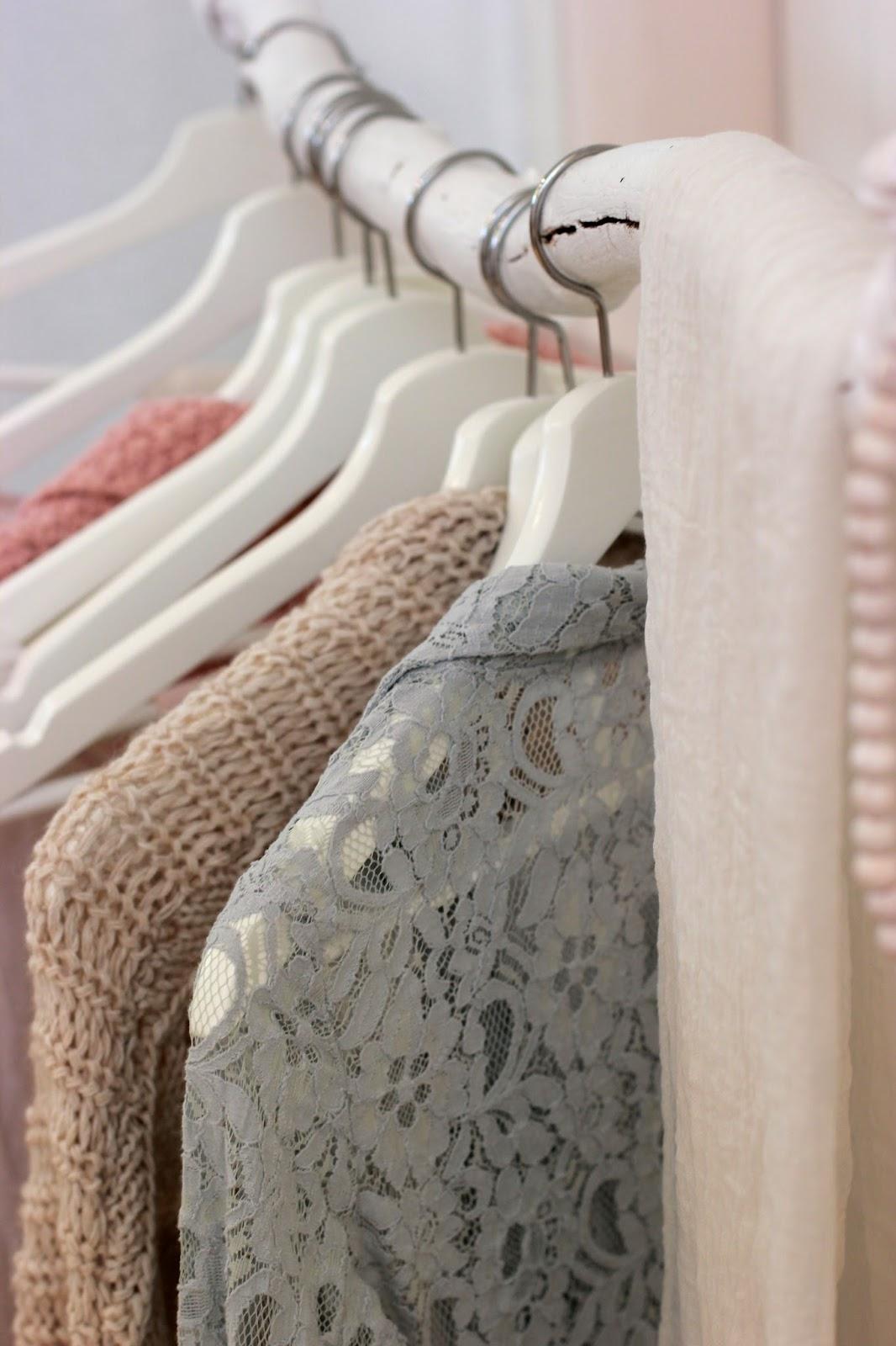 clothing-hanging-closet-organizing