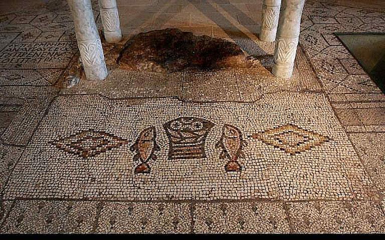 Mosaicos da Igreja da Multiplicação em Tabgha, que lembrram o primeiro milagre