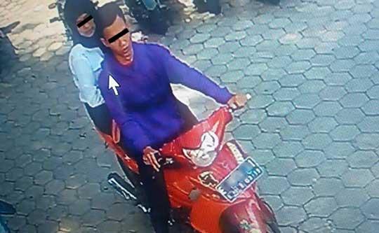 sepasang kekasih curi helm di unswagati cirebon