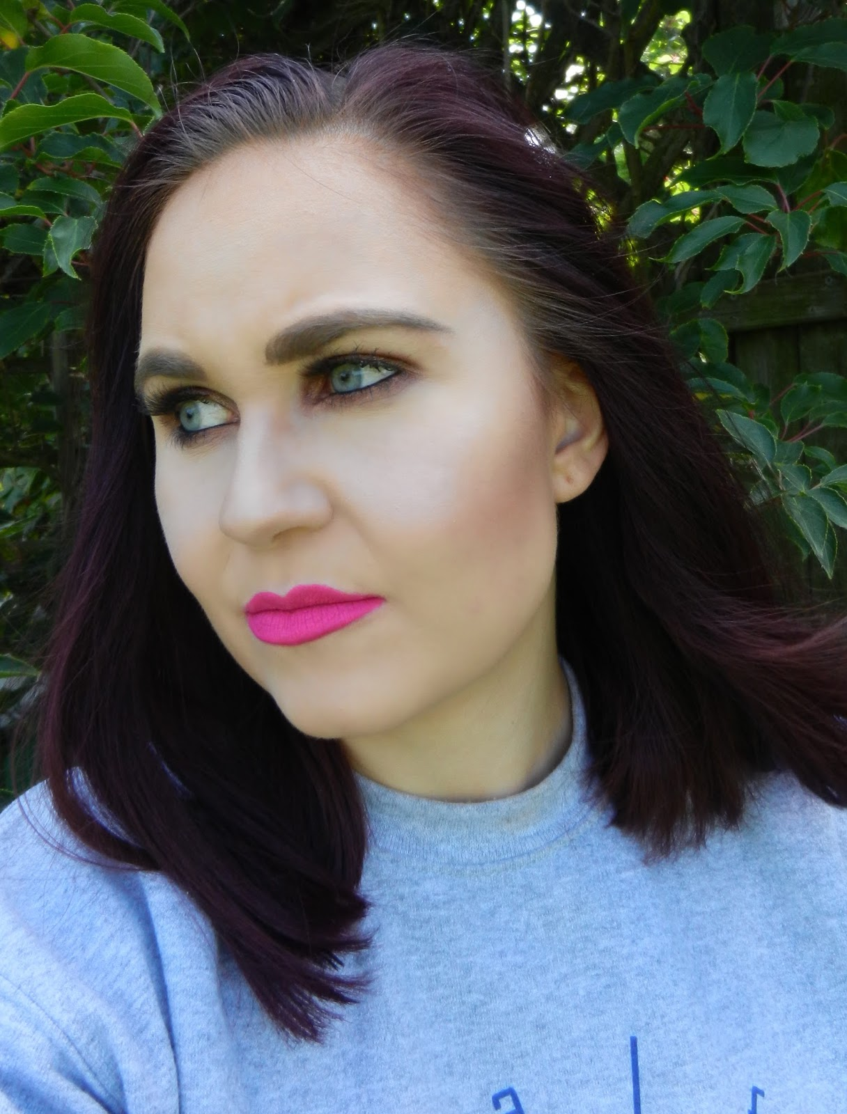 Bronzy eye makeup feat. bold pink lips