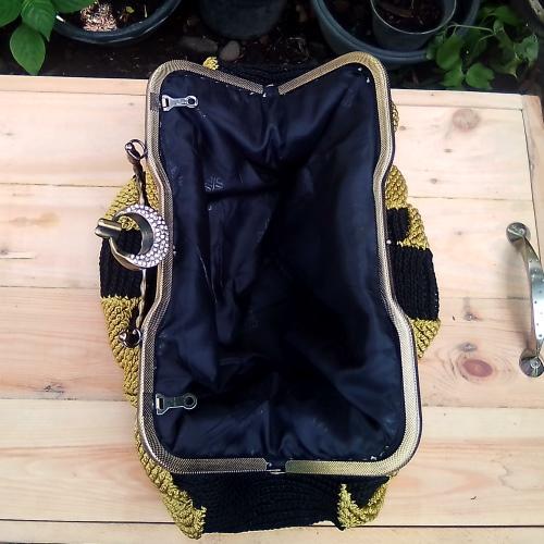 Handbag Warna Hitam Kombinasi Kuning Motif Daun-Daun