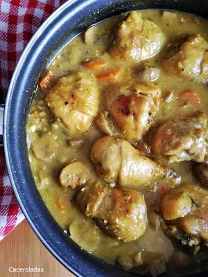 Muslos de pollo en salsa con verduras