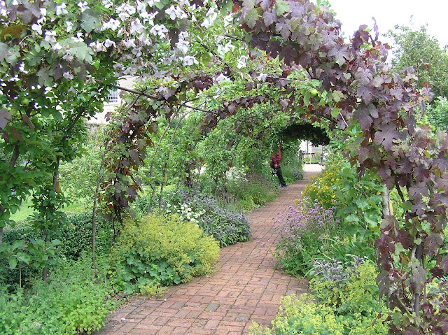 angielski ogród, ścieżka z cegły, pergola
