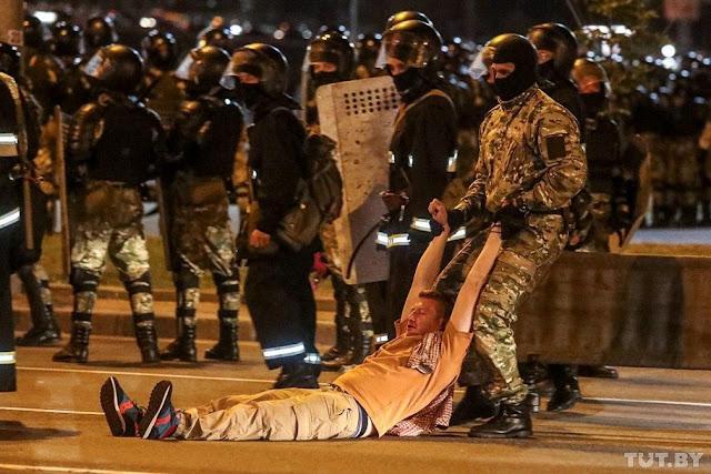 Bielorrússia/eleições | Confrontos entre manifestantes e polícia em Minsk