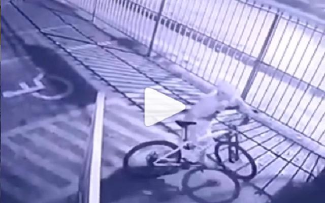 Bandidos são flagrados por câmeras no momento que furtam bicicleta em loja de Aracaju.
