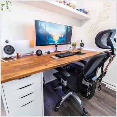 Ruang kerja dengan meja kerja yang simple