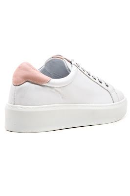 pudra ile beyaz kadın spor ayakkabı