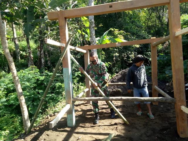 Tingkatkan Keamanan Desa Babinsa Koramil Wonosari Ajak Warga Bangun Poskamling
