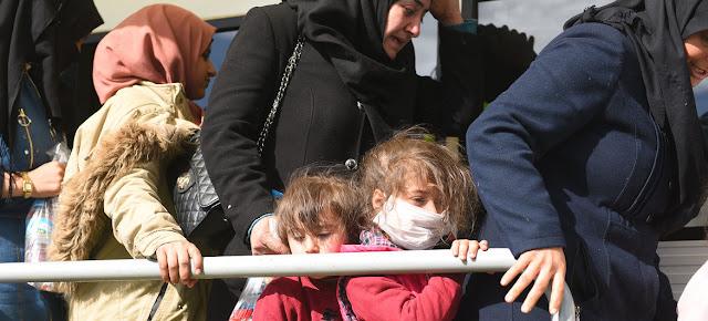 Refugiados y migrantes congregados en el cruce fronterizo de Pazarkule, cerca de Edirne (Turquía), esperando viajar a Grecia.UNICEF
