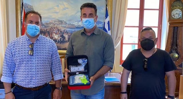 «Προσφορά ζωής» από τον Δήμο Ναυπλιέων: Παρέδωσε αυτόματο εξωτερικό απινιδωτή στο ΕΚΑΒ Αργολίδας