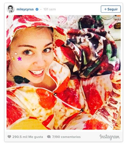 foto de miley cyrus con pijama de textura de pizza