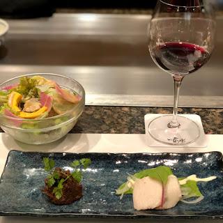 美味しそうな前菜とサラダにワイン
