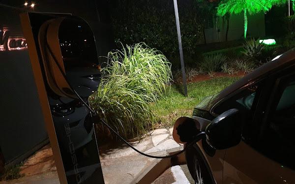 Chevrolet Bolt no carregador da Porsche no Pontão do Lago Sul - Brasília (DF)