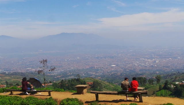 Keindahan Kota Bandung terlihat dari atas bukit moko