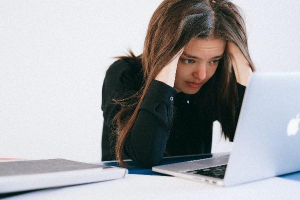 Mulher preocupado olhado para tela do computador
