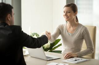 mulher e homem negociando e sorrindo