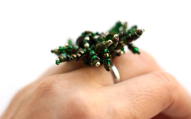 купить бижутерия к зеленому платью очень крупное необычное кольцо