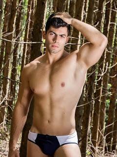 De sunga, Pedro Henrique mostra corpo sarado em ensaio e revela que já foi obeso
