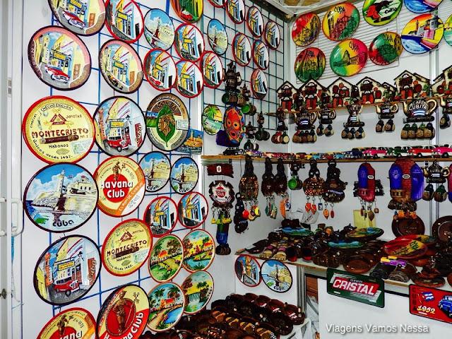 Artesanato em exposição no Mercado San José, Havana, Cuba