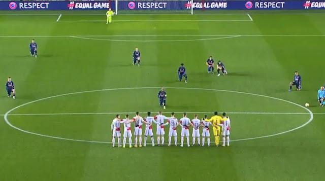 Arsenal players kneeling against Slavia Prague