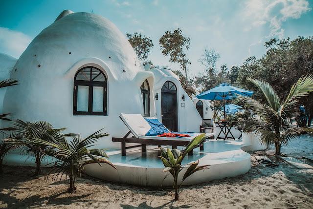 Điểm đặc biệt đầu tiên khi đến đảo là du khách sẽ được đón bằng cano đến các resort đã đặt trước. Các resort, thực chất là các căn bungallow đều nằm ngay sát bờ biển nên việc bạn để chân trần và kéo lê những chiếc va li trên dải cát mịn là một sự giải phóng đầu tiên sau một chặng đường di chuyển dài.