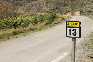 Acceso Molino de Maicas desde carreterera A-2401.