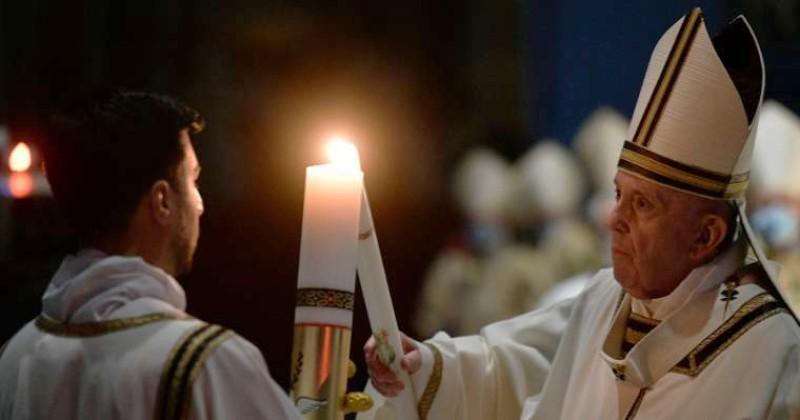 Paus pada Malam Paskah: Tuhan Yang Bangkit Mencintai Kita Tanpa Batas