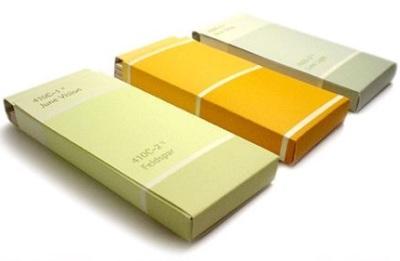 Kotak kado terbuat dari kartu warna cat