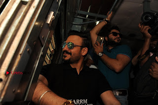 Bollywood Actor Vivek Oberoi Snapped Travelling by Local Train to Kelve  0007.JPG