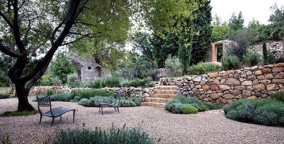gradina mediteraneana, gradina rocarie, piatra, bolovani, pietris, design gradina, firma amenajare gradina, spatii verzi moderne