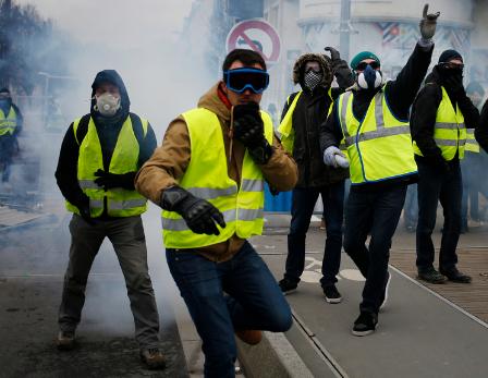 Gilets jaunes : heurts et dégradations à Paris Gilets jaunes : le gouvernement craint un rapprochement avec les Black Blocs