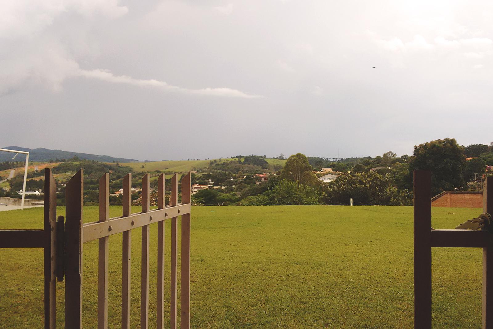 porta da cerca para o campo de futebol