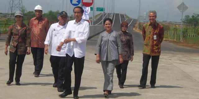 Presiden Joko Widodo meninjau jalan tol Pejagan-Pemalang, yang 20 Tahun Sempat Terbengkalai