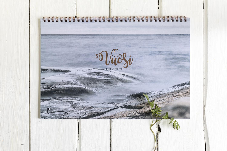 Hyvä Vuosi-kalenteri Hyvä Vuosi 2021, almanakka, kalenteri, hyvän mielen kalenteri, kuvakalenteri, mietelausekalenteri, kiitollisuuspäiväkirja, elämänohje, Visualaddictfrida, bloggari, valokuvaaja, Frida Steiner, Photographer, blogi, visualaddict, seinäkalenteri