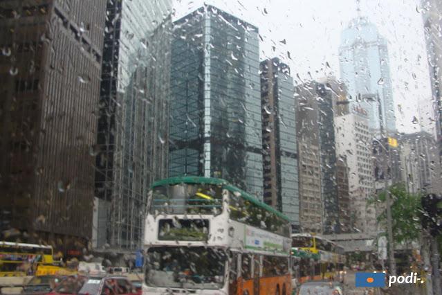 Hong Kong sotto la pioggia