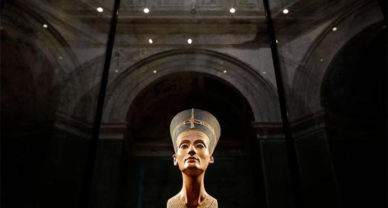Busto de Nefertiti en museo Nuevo de Berlin