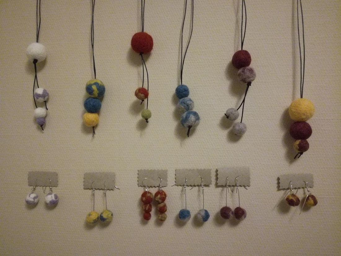 Orecchini e collane con palline di lana infeltrite