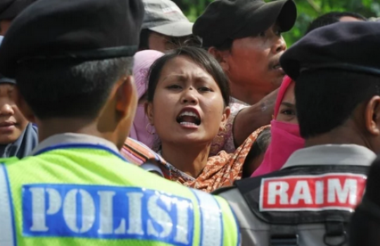 +Cristãos têm culto interrompido e lutam pelo direito de se reunir novamente, na Indonésia