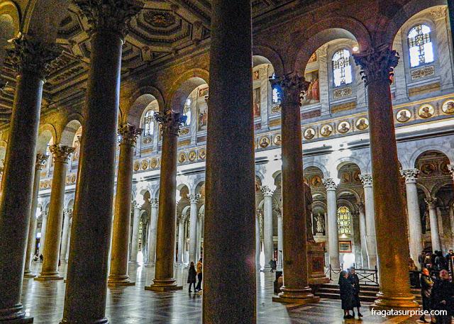 Colunata que acompanha a nave principal da Basílica de São Paulo Extramuros, em Roma