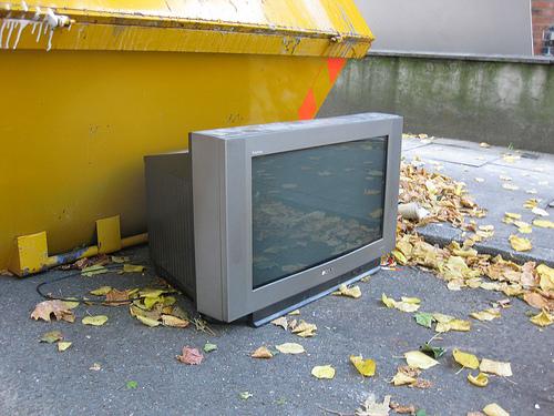 TV cassee - LA OBSOLESCENCIA PLANIFICADA: CUANDO LA TECNOLOGÍA TIENE UNA FECHA DE CADUCIDAD