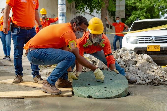 Nuevas tapas de manjoles fabricadas con materiales reciclables se instalan en Santa Marta